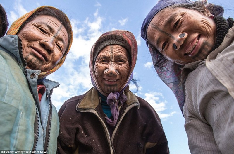 https: img-z.okeinfo.net content 2017 08 30 406 1766422 unik-cegah-penculikan-wanita-suku-apatani-di-india-jalani-tradisi-merusak-wajah-QAJ29mb1Kj.JPG