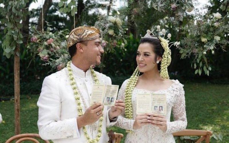 https: img-z.okeinfo.net content 2017 09 05 33 1769545 saling-lempar-kejutan-video-raisa-nyanyi-untuk-hamish-di-pesta-pernikahan-viral-maKEm4kl4J.jpg