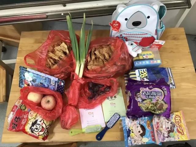 https: img-z.okeinfo.net content 2017 09 08 298 1771839 lucu-bukan-buku-hari-pertama-sekolah-bocah-ini-penuhi-tasnya-dengan-daun-bawang-hingga-pancake-3tneGdG9qU.jpg