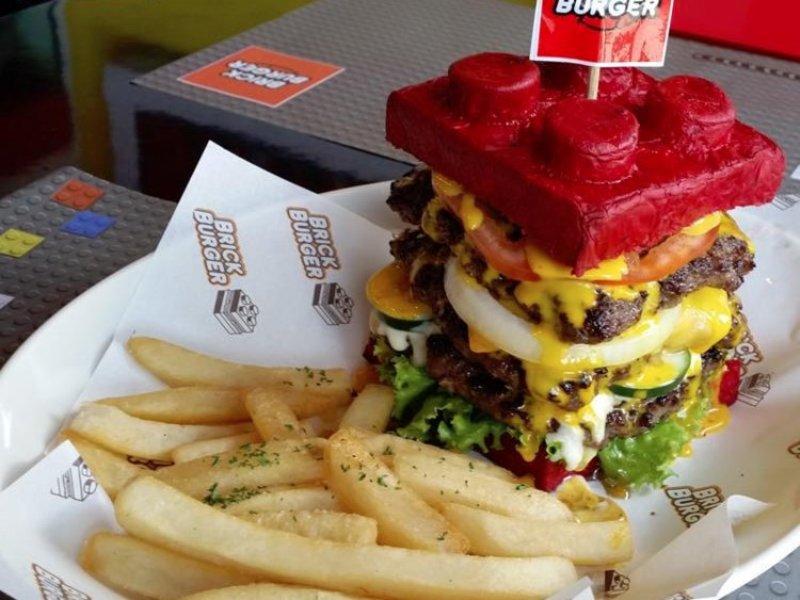 https: img-z.okeinfo.net content 2017 09 12 298 1774478 menakjubkan-ada-burger-bentuk-lego-bisa-jadi-objek-foto-foodies-neIYeyQVSj.jpg