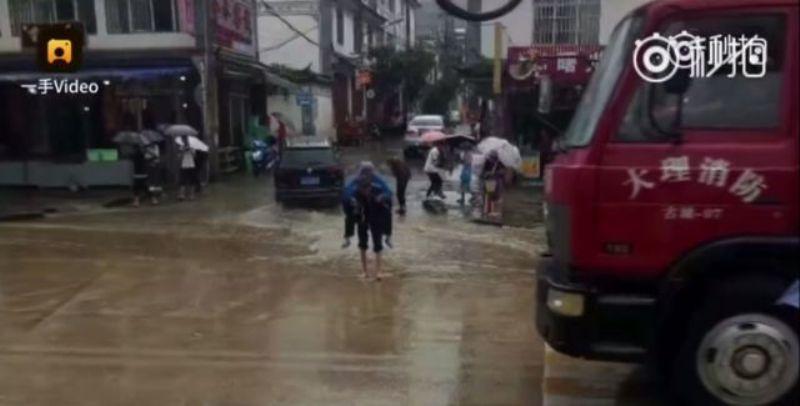 https: img-z.okeinfo.net content 2017 09 14 18 1775738 video-mengharukan-kakek-di-china-rela-gendong-istrinya-lintasi-genangan-air-oIOqspc4tt.jpg