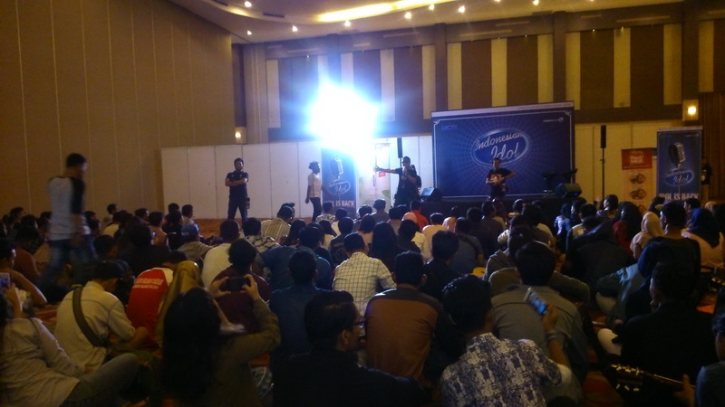 https: img-z.okeinfo.net content 2017 09 23 598 1781641 patah-kaki-tak-hentikan-semangat-raya-silaban-ikut-big-audition-indonesian-idol-di-medan-py3AIfIEdc.jpg