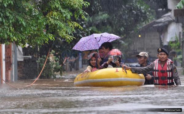 https: img-z.okeinfo.net content 2017 09 29 338 1785964 antisipasi-banjir-saat-musim-hujan-pemkot-jaktim-siapkan-perahu-karet-VS1uYqTJQN.jpg
