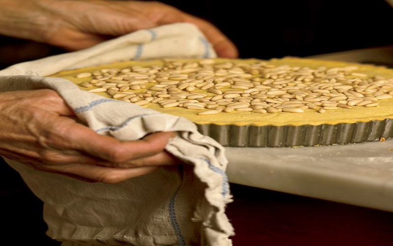 https: img-z.okeinfo.net content 2017 10 02 298 1787219 5-dessert-khas-italia-ini-punya-cara-pengolahan-yang-unik-ada-kue-nenek-dengan-topping-kacang-ZOE49PeZF7.jpg