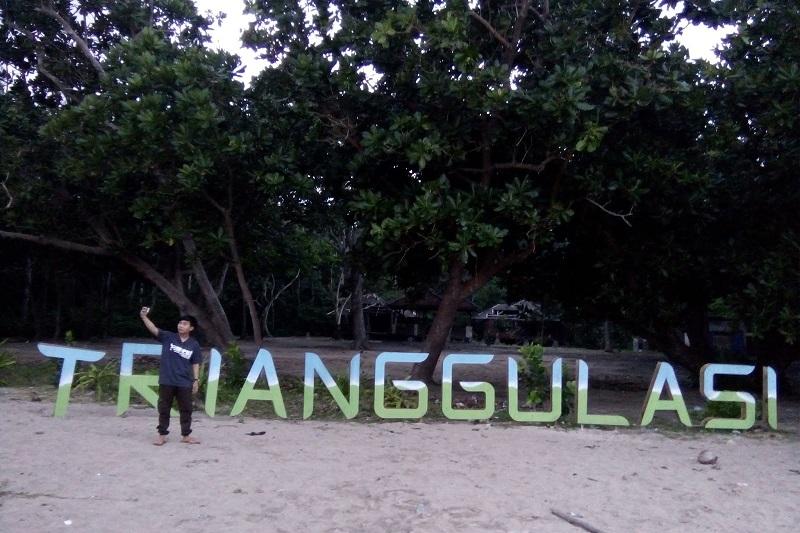 https: img-z.okeinfo.net content 2017 10 02 406 1787329 uncover-indonesia-di-pantai-trianggulasi-banyuwangi-pengunjung-bisa-bertemu-monyet-dan-penyu-bpLw2MRAZ5.jpg