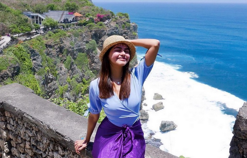 https: img-z.okeinfo.net content 2017 10 08 406 1791079 gunung-agung-berstatus-awas-aktris-cantik-filipina-janine-gutierrez-i-love-bali-BoieTMnfzn.jpg