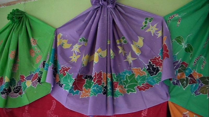 https: img-z.okeinfo.net content 2017 10 10 194 1792808 fashion-heritage-mengenal-batik-tulis-kace-timur-khas-bangka-yang-tak-kalah-menarik-vDrcVjBmsX.jpg