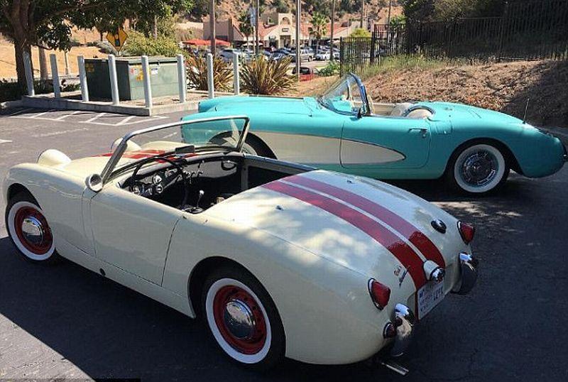 https: img-z.okeinfo.net content 2017 10 11 15 1793416 kompaknya-ibu-anak-mobil-klasik-austin-healey-caitlyn-corvette-kendall-jenner-bersanding-6IlejkSKc6.jpg