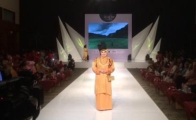 https: img-z.okeinfo.net content 2017 10 12 194 1794305 budaya-minangkabau-sumatera-barat-punya-ruang-tersendiri-di-imfw-2017-89QZwiVKFb.jpeg