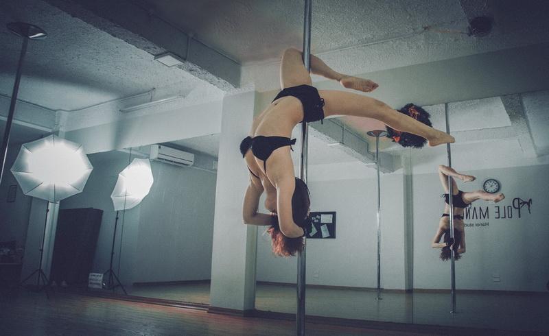https: img-z.okeinfo.net content 2017 10 13 406 1794788 okezone-week-end-erotisme-berbalut-seni-dalam-pertunjukkan-pole-dance-6yreg5fYd3.jpg