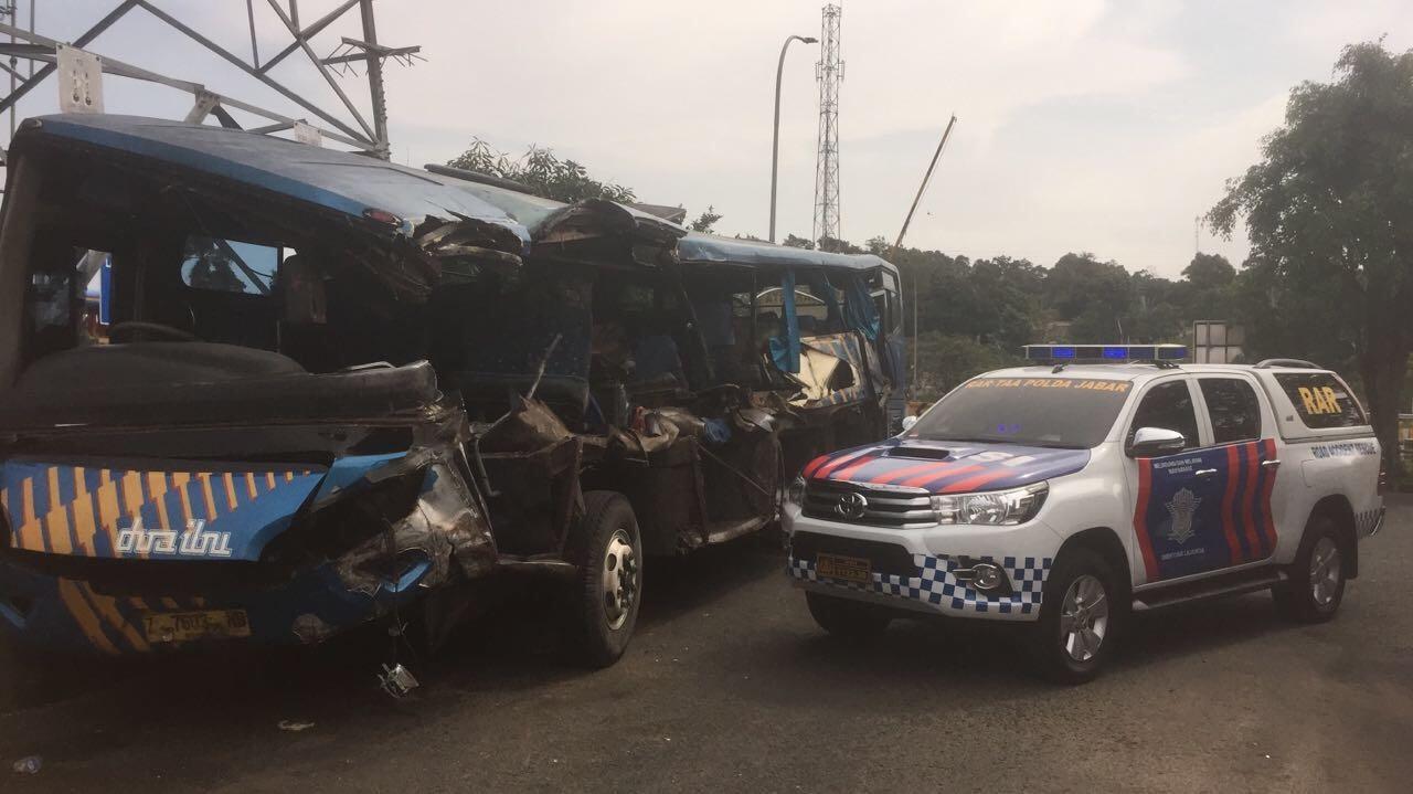 https: img-z.okeinfo.net content 2017 10 16 338 1796155 bus-doa-ibu-terguling-di-tol-jagorawi-1-tewas-dan-3-luka-luka-5GEuW3z1lp.jpg