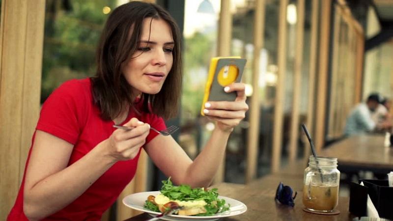 https: img-z.okeinfo.net content 2017 10 17 298 1797135 makan-di-restoran-singapura-ini-pengunjung-tidak-boleh-bawa-handphone-CClyNWRWwJ.jpg