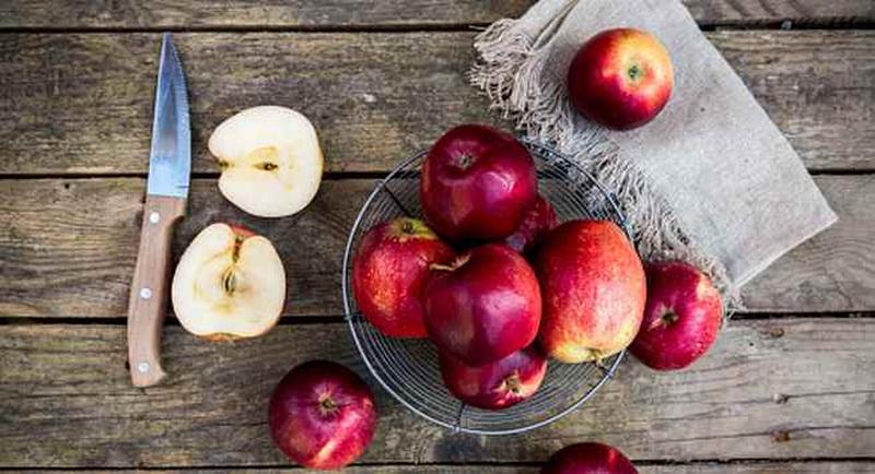 https: img-z.okeinfo.net content 2017 10 17 481 1796988 makan-kulit-apel-berbahaya-begini-penjelasan-dari-dokter-ahli-gizi-ZfISlrF6aS.jpg