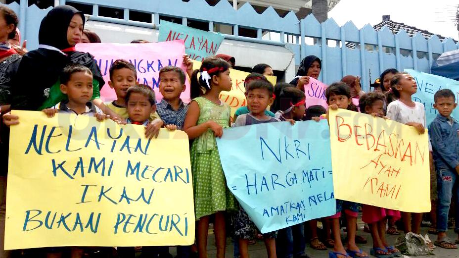 https: img-z.okeinfo.net content 2017 10 26 340 1803054 konjen-malaysia-akan-bantu-pembebasan-12-nelayan-pihak-keluarga-juga-minta-dukungan-pemerintah-VrsI3TUz8T.jpg