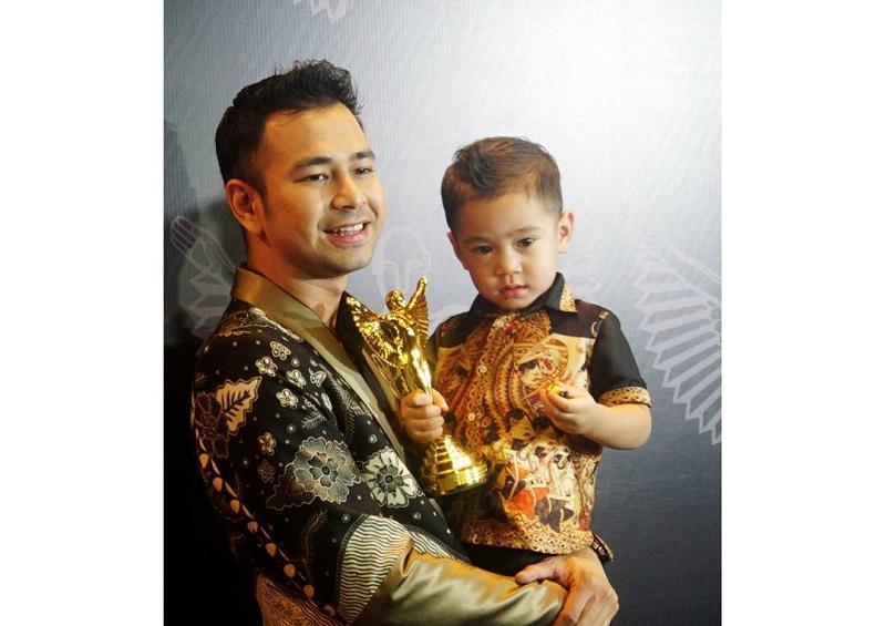 https: img-z.okeinfo.net content 2017 10 27 194 1803943 pga-2017-penampilan-raffi-ahmad-dan-denny-cagur-dengan-batik-saat-terima-penghargaan-QGF7Btdrx5.jpg