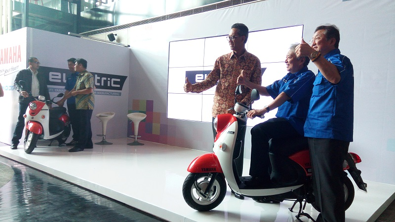 https: img-z.okeinfo.net content 2017 11 01 15 1806511 keren-saingi-honda-viar-yamaha-sasar-pasar-motor-listrik-di-indonesia-wjRZwHVC6L.jpg