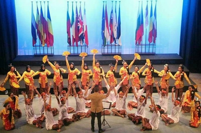 https: img-z.okeinfo.net content 2017 11 07 65 1810064 tepuk-tangan-paduan-suara-mahasiswa-ugm-borong-penghargaan-di-malta-YF4wvXYudC.jpg