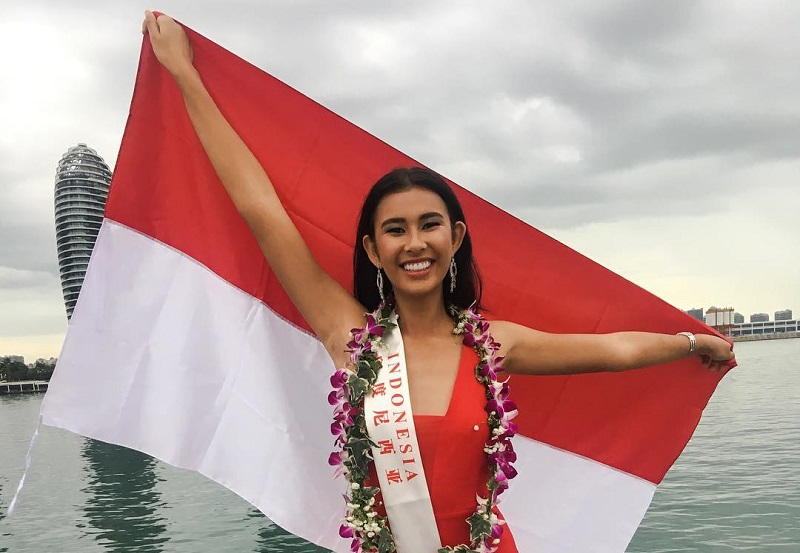 https: img-z.okeinfo.net content 2017 11 08 194 1810673 pose-achintya-nilsen-sambil-bentangkan-bendera-indonesia-di-kegiatan-karantina-miss-world-2017-sdC5NDV902.jpg