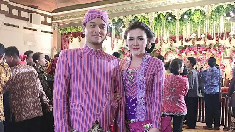 https: img-z.okeinfo.net content 2017 11 08 33 1810871 datang-ke-pernikahan-kahiyang-bobby-vicky-shu-semoga-cepat-diberi-momongan-dcx6hll1K7.jpg