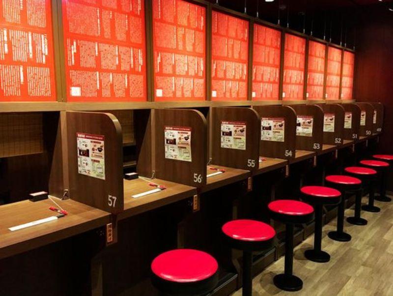 https: img-z.okeinfo.net content 2017 11 09 298 1811271 restoran-ramen-dan-meja-khusus-ini-beri-jaminan-makan-ramen-secara-private-IusHtBnZgR.jpg