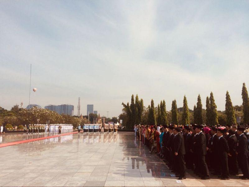 https: img-z.okeinfo.net content 2017 11 10 337 1811683 hari-pahlawan-jokowi-pimpin-upacara-ziarah-nasional-di-tmp-kalibata-UNyCilNvLW.jpg