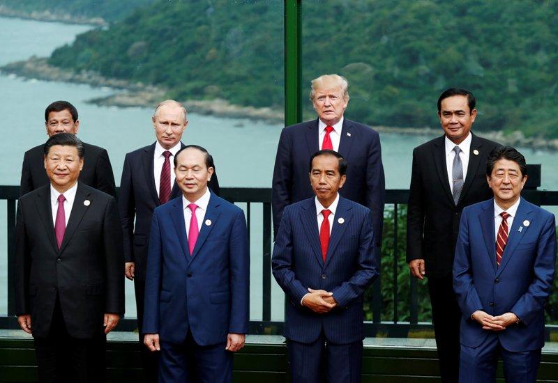 https: img-z.okeinfo.net content 2017 11 11 18 1812412 berkat-ktt-apec-presiden-filipina-bisa-bertemu-idolanya-xioLnkj52K.JPG