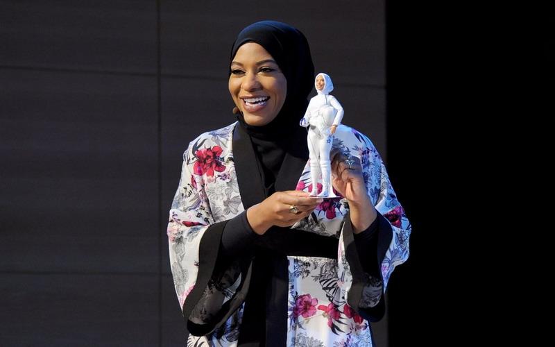https: img-z.okeinfo.net content 2017 11 14 194 1813897 apresiasi-wanita-muslim-di-tim-olimpiade-as-barbie-luncurkan-boneka-berhijab-mirip-ibtihaj-muhammad-KxiynQG91N.jpg