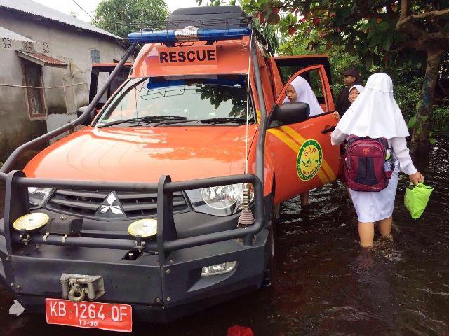https: img-z.okeinfo.net content 2017 11 15 340 1814267 banjir-menerjang-sar-kerahkan-armada-evakuasi-ibu-ibu-dan-anak-sekolah-l0CV0a6LZD.jpg