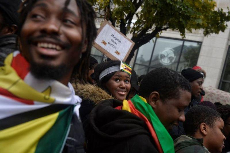 https: img-z.okeinfo.net content 2017 11 19 18 1816627 gelar-aksi-long-march-warga-zimbabwe-di-inggris-tuntut-presiden-mugabe-mundur-b4MdGyPkpJ.jpg