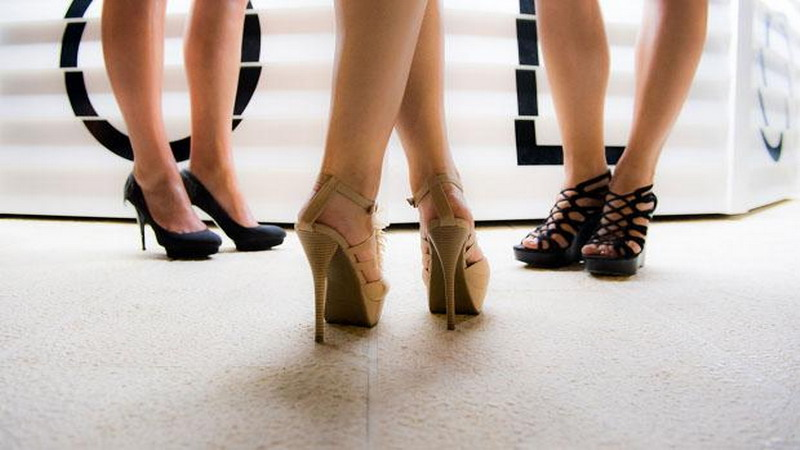 https: img-z.okeinfo.net content 2017 11 22 196 1818561 memahami-kepribadian-wanita-dilihat-dari-leher-pinggang-hingga-kakinya-GrHNWskt0F.jpg