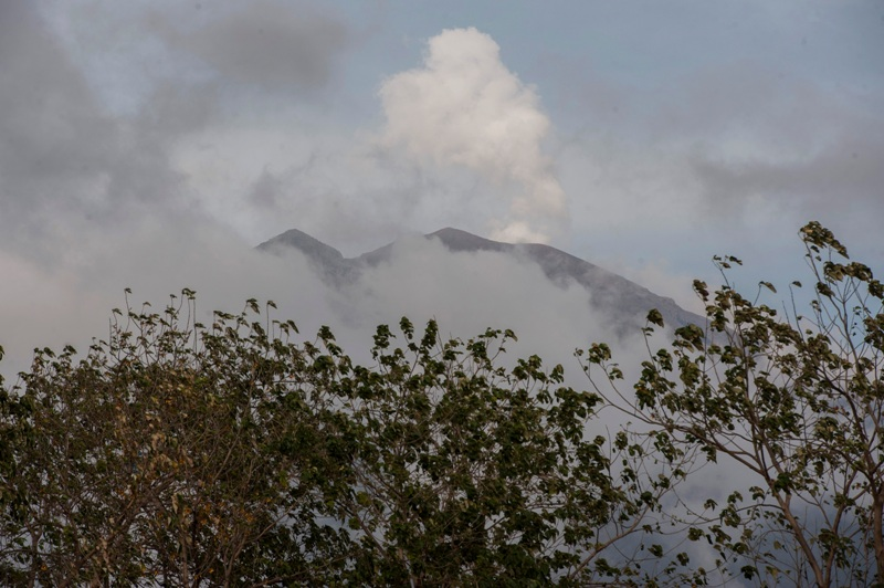https: img-z.okeinfo.net content 2017 11 22 340 1818221 gunung-agung-terus-semburkan-asap-putih-kelabu-hingga-setinggi-1-000-meter-d2HYYxYyP2.jpg