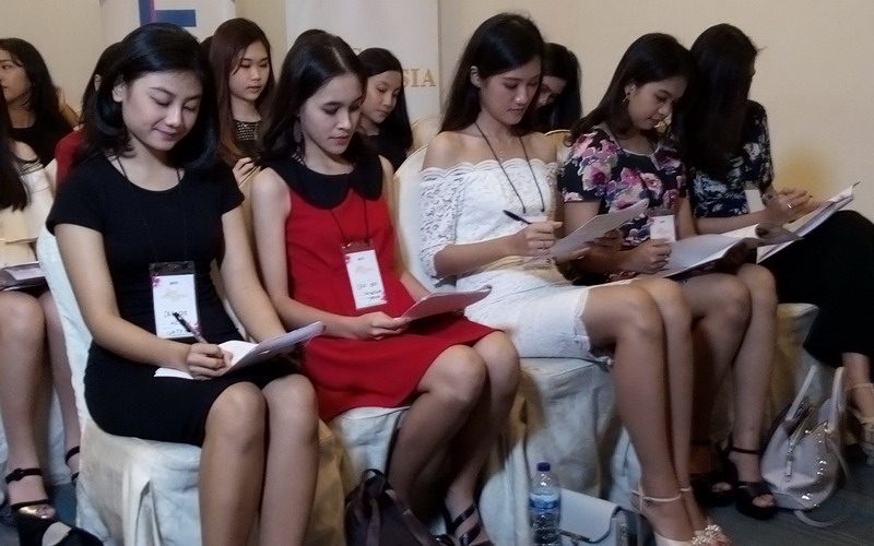 https: img-z.okeinfo.net content 2017 11 26 194 1820833 puluhan-gadis-cantik-ikuti-audisi-miss-indonesia-2018-di-semarang-CyGC9fF3Mj.jpg