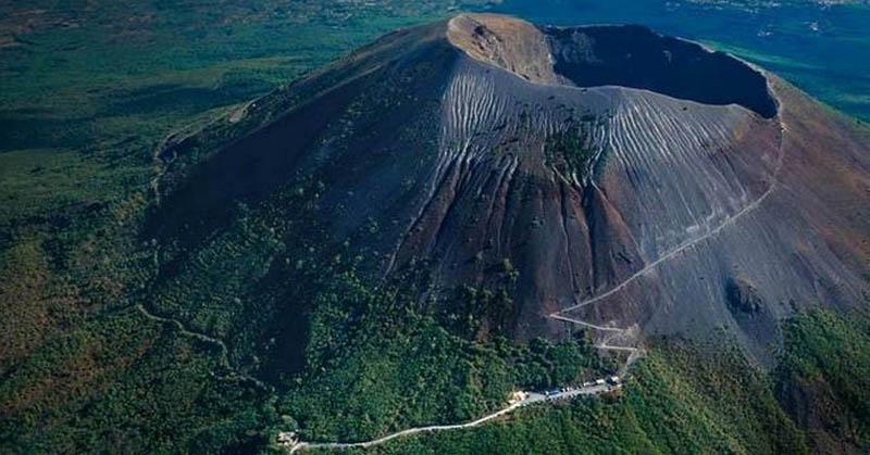 https: img-z.okeinfo.net content 2017 11 29 56 1822677 5-gunung-api-paling-berbahaya-di-dunia-nomor-3-paling-dekat-dengan-indonesia-sMTyOx2JA5.jpg