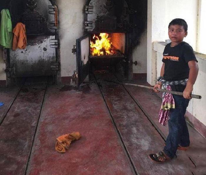 https: img-z.okeinfo.net content 2017 12 07 196 1826748 bocah-11-tahun-pembakar-mayat-jadi-viral-h6le6BrRrR.jpg
