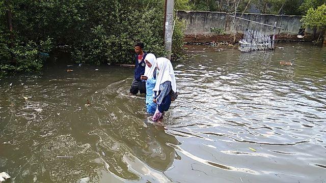 https: img-z.okeinfo.net content 2017 12 07 338 1826838 banjir-rob-di-tangerang-500-rumah-nelayan-terendam-yANFi30x6f.jpg