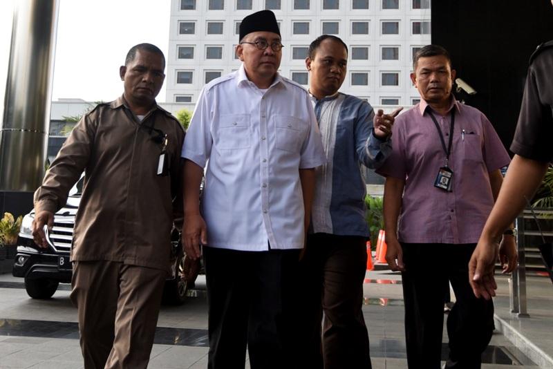 https: img-z.okeinfo.net content 2017 12 07 340 1826923 gubernur-bengkulu-non-aktif-dituntut-10-tahun-penjara-dan-denda-rp400-juta-iCWJxonRYT.jpg