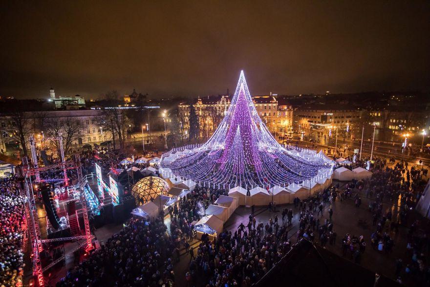 https: img-z.okeinfo.net content 2017 12 07 406 1826503 pohon-natal-raksasa-setinggi-27-meter-yang-terbuat-dari-70-ribu-bola-lampu-di-lituania-jadi-viral-36ipThGvMC.jpg