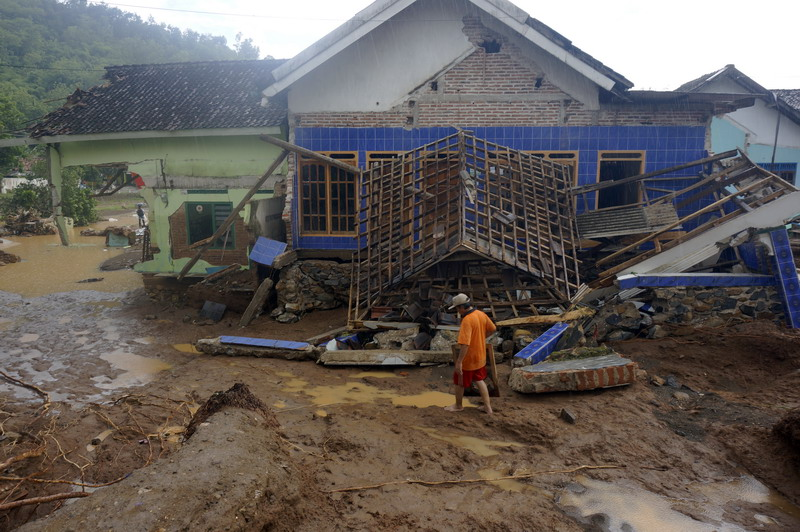 https: img-z.okeinfo.net content 2017 12 08 519 1827121 warga-pacitan-alami-kerugian-rp600-miliar-dari-dampak-bencana-banjir-dan-longsor-VCBvGhGJNl.jpg