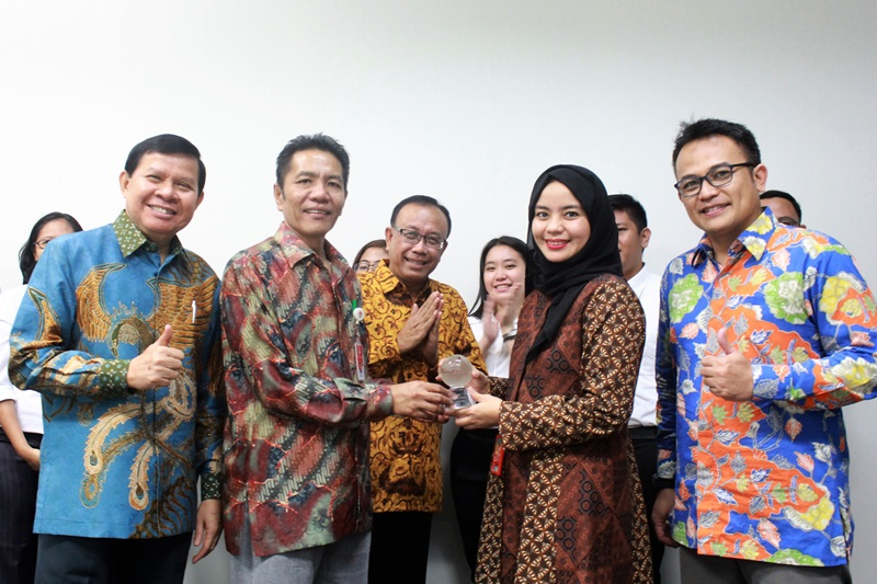 https: img-z.okeinfo.net content 2017 12 08 542 1827333 indosat-ooredoo-dukung-program-millenial-leaders-bersama-kemenpora-pertukaran-pemuda-indonesia-kanada-2017-k0cgPzWS24.jpg