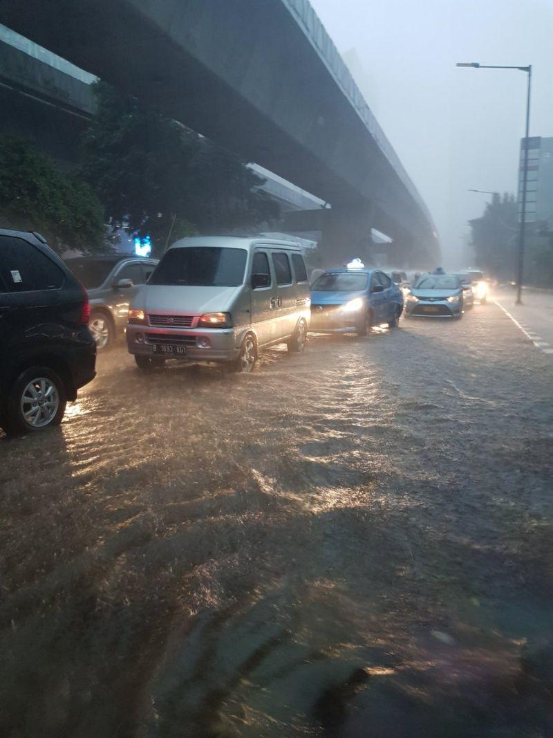 https: img-z.okeinfo.net content 2017 12 11 338 1828488 hujan-lebat-disertai-angin-kencang-landa-ibu-kota-C8NmuZ9Y5N.jpg