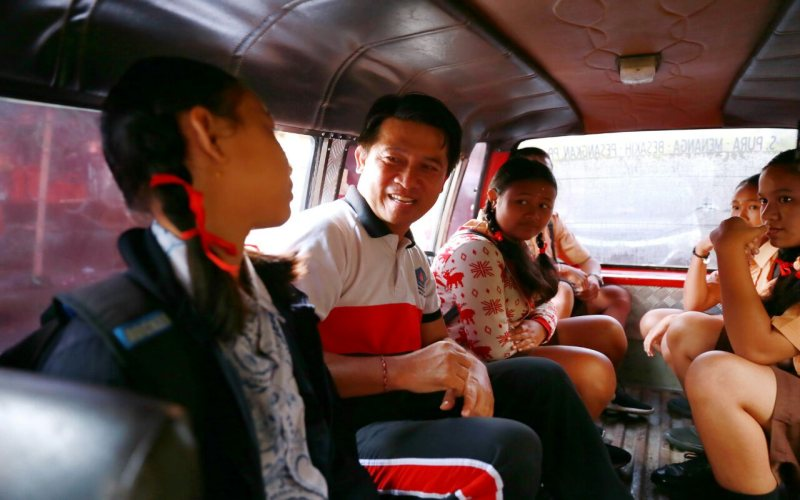 https: img-z.okeinfo.net content 2017 12 18 65 1832039 siswa-di-kabupaten-klungkung-akhirnya-bisa-nikmati-angkutan-sekolah-gratis-uMnWa6jQdY.jpg