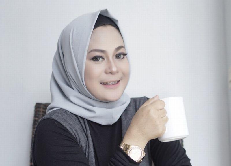 https: img-z.okeinfo.net content 2018 01 05 320 1840769 inspirasi-bisnis-berawal-dari-bisnis-sampingan-dhini-dyar-besarkan-hijablooks-omzetnya-rp25-juta-bulan-ZMoIVtHL9I.jpg