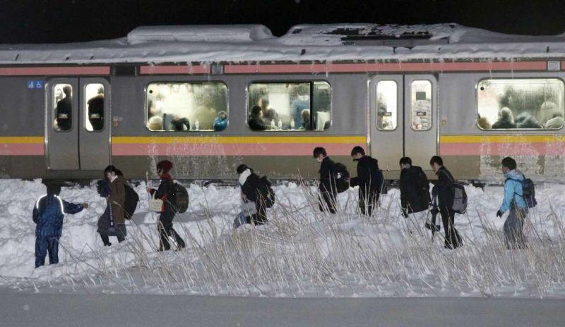 https: img-z.okeinfo.net content 2018 01 12 18 1843975 430-penumpang-di-jepang-terjebak-di-kereta-yang-penuh-sesak-selama-15-jam-akibat-salju-eIiyPOniOc.jpg
