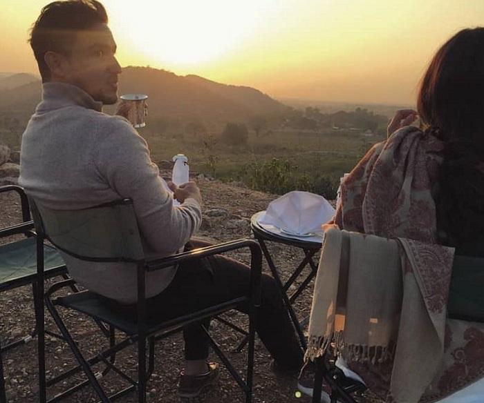 https: img-z.okeinfo.net content 2018 01 12 406 1844304 romantisnya-hamish-dan-raisa-nikmati-pemandangan-sunrise-di-taman-nasional-india-uocQrhWrQX.jpg