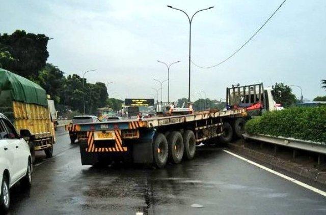 https: img-z.okeinfo.net content 2018 01 13 338 1844429 truk-trailer-tabrak-pembatas-jalan-tol-pondok-indah-sopir-terluka-jMG8rleBAi.jpg