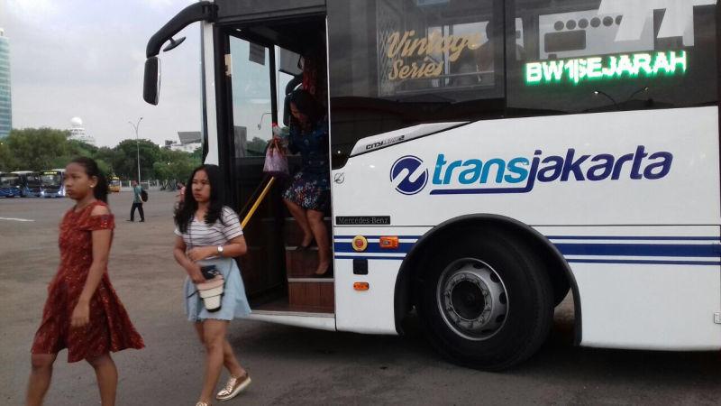 https: img-z.okeinfo.net content 2018 01 13 338 1844569 30-transjakarta-fasilitasi-warga-yang-akan-merayakan-acara-natal-bersama-GBrRj24cbW.jpg