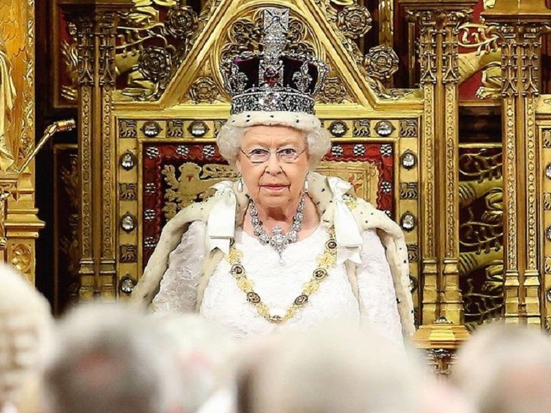 https: img-z.okeinfo.net content 2018 01 14 194 1844769 ini-alasan-ratu-elizabeth-tidak-pernah-melihat-ke-bawah-saat-memakai-mahkota-RNUbEayrmN.jpg