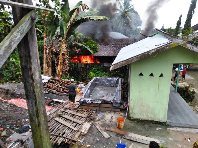 https: img-z.okeinfo.net content 2018 01 14 340 1844673 bus-terbakar-di-garasi-ponpes-ratusan-santri-panik-RhpP3SauUK.jpeg