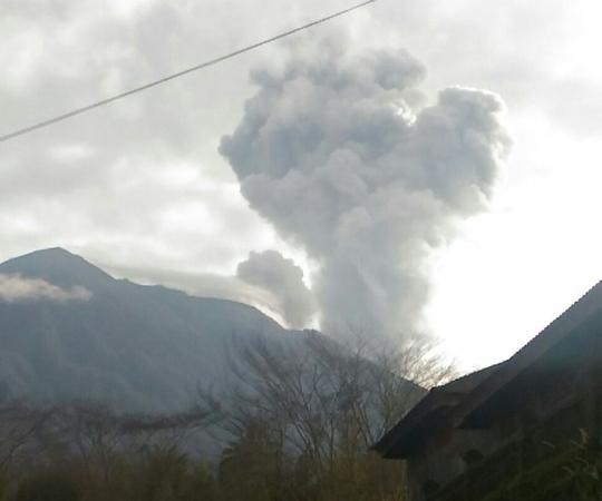 https: img-z.okeinfo.net content 2018 01 15 340 1844953 gunung-agung-kembali-erupsi-kK9eLYvgNm.jpg