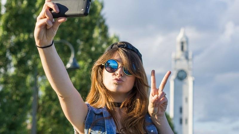 https: img-z.okeinfo.net content 2018 01 22 196 1848739 5-hal-yang-dibenci-pria-ketika-wanita-selfie-67Iji4brhS.jpg